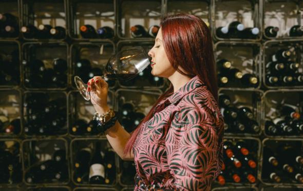 «Ποιο ημίγλυκο ροζέ αγόρι μου; Τα σημερινά κορίτσια πίνουν σοβαρά κρασιά!»