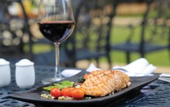 Achtung! Στερεότυπο: το ψάρι δεν πάει με κόκκινο κρασί