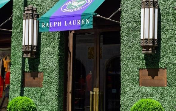 O Ralph Lauren λατρεύει το Wimbledon: γέμισε με γρασίδι το κατάστημά του στο Λονδίνο