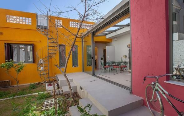Η δημιουργική επέκταση μιας μονοκατοικίας του '60 στις Τζιτζιφιές