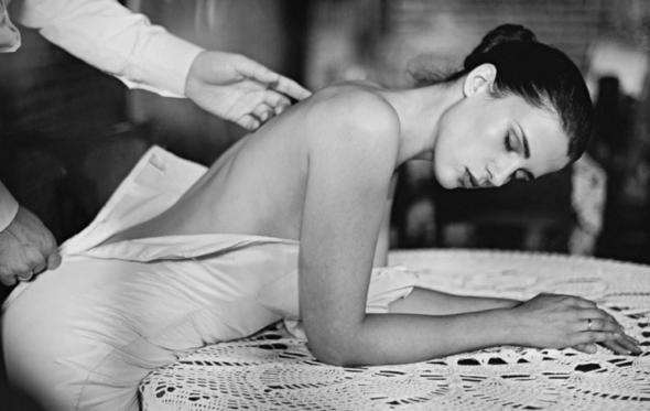 Η ευάλωτη θωπεία της γυναικείας πλάτης