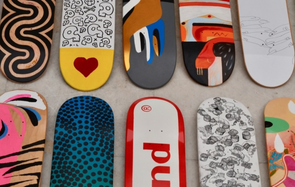 Γκαλερί Ζουμπουλάκη: η τέχνη του skate ως… ζωγραφική και πολιτικό μήνυμα