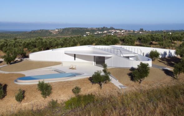 KHI House στη Μεθώνη: μια ιδιωτική κατοικία σαν γκαλερί και μοναστήρι