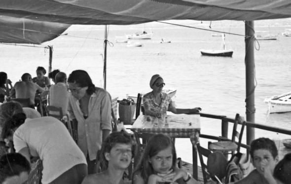 Νοσταλγία: τα οικογενειακά τσιμπούσια στις Σπέτσες του '60