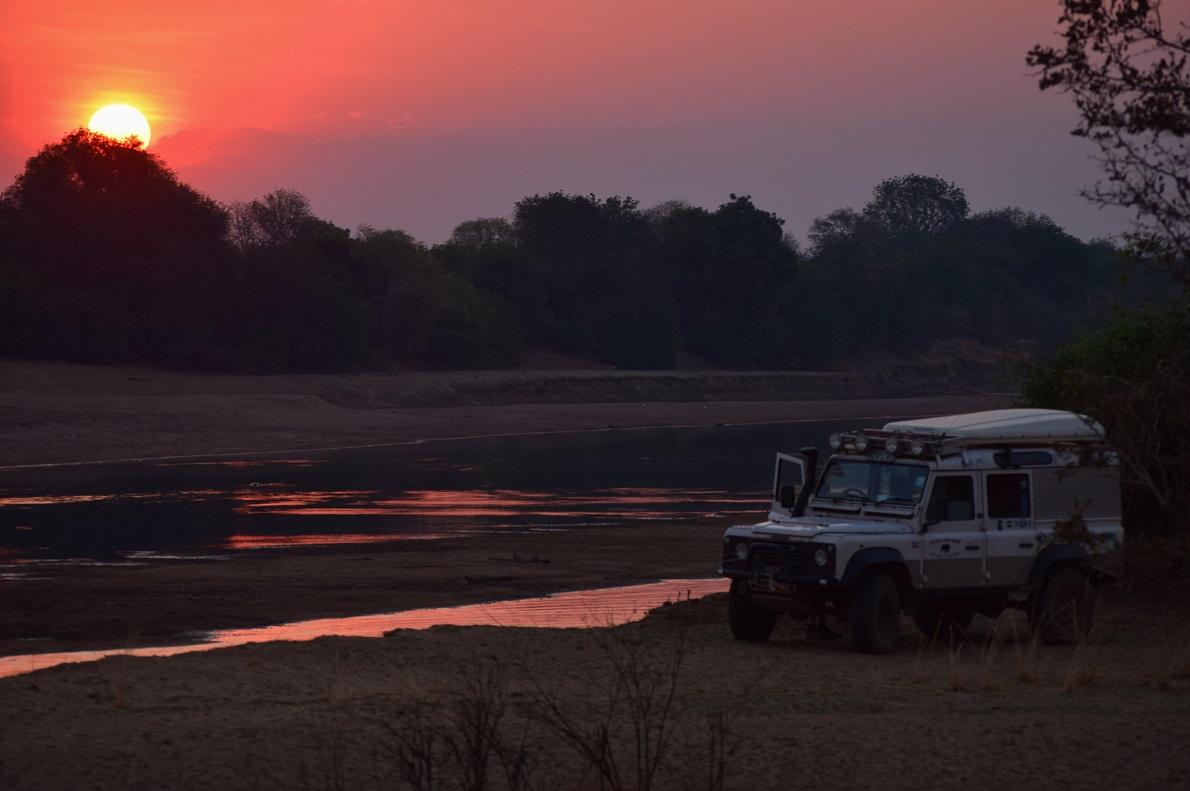 South Luangwa National Park, Zambia. Ο ήλιος στην Αφρική, κατά την ανατολή και τη δύση του, έχει ένα ανεξήγητα έντονο πορτοκαλί χρώμα. Όλο το περιβάλλον αλλάζει χρωματικά αυτήν την ώρα, σαν να αποκτά τις ιδιότητες ενός χαμαιλέοντα. Οι εικόνες κατά τη διάρκεια του ηλιοβασιλέματος είναι παραπάνω από μοναδικές.