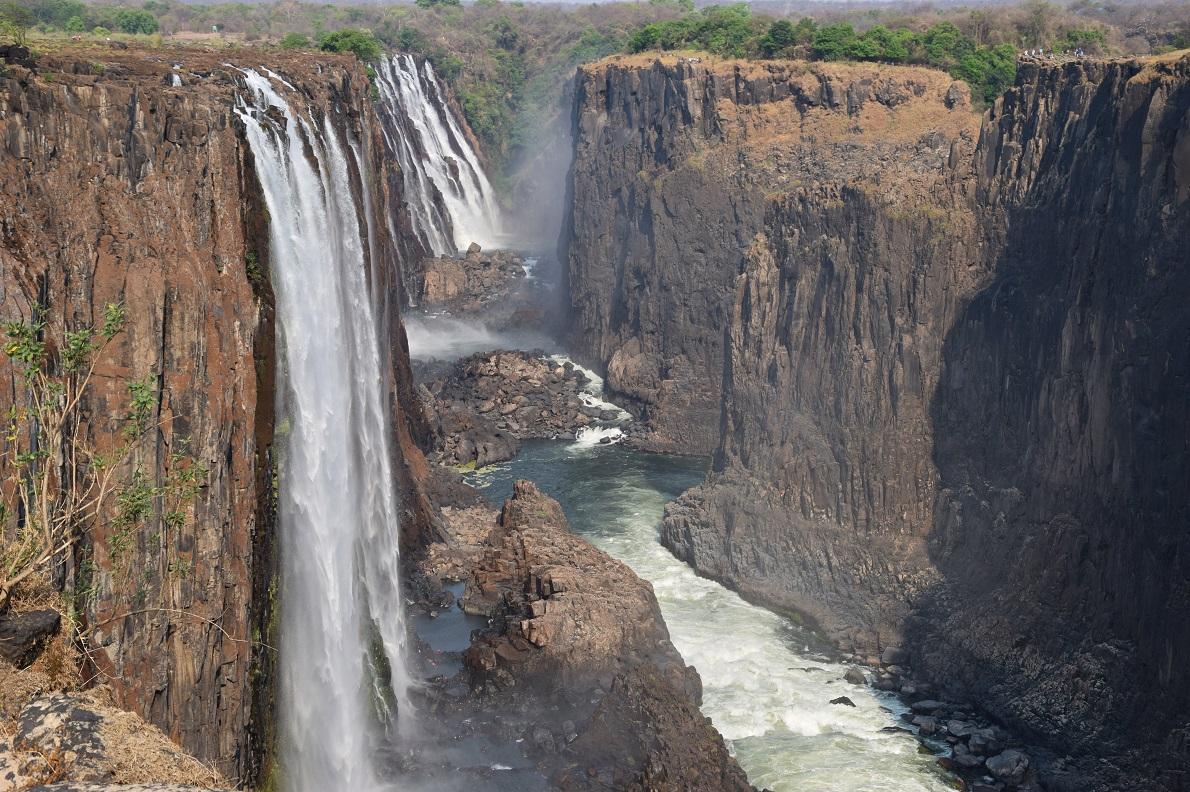 Victoria Falls, Zimbabwe.  Με μήκος 1,7 χλμ. και ύψος 108 μέτρα, οι καταρράκτες της Victoria είναι από τους μεγαλύτερους στον κόσμο. Τον Οκτώβριο, όταν επισκεφτήκαμε τους καταρράκτες, η ροή του νερού είναι πολύ μικρή δεδομένου ότι είναι εποχή ξηρασίας, γεγονός το οποίο ωστόσο αποτελεί απαραίτητη προϋπόθεση για να δεις και να περπατήσεις στους καταρράκτες του ποταμού Zambezi. Επίσης αποτελούν τα σύνορα δυο χωρών, αριστερά  στη φωτογραφία διακρίνεται η πλευρά της Zambia και δεξιά αυτή της Zimbabwe. Μια αναμφίβολα αξέχαστη εμπειρία στους καταρράκτες, την οποία τολμήσαμε, ήταν το Devil's Pool. Μια μικρή φυσική πισίνα στην πλευρά της Zambia, που μας προσέφερε μοναδική θέα στο χείλος του φαραγγιού.