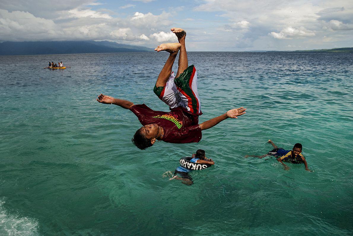 Διαγωνισμός  βουτιάς στο νησί  Άμπον της Ινδονησίας. Η ευτυχία μπορεί να είναι μόνον μια ανάποδη στροφή ‒στην κυριολεξία.