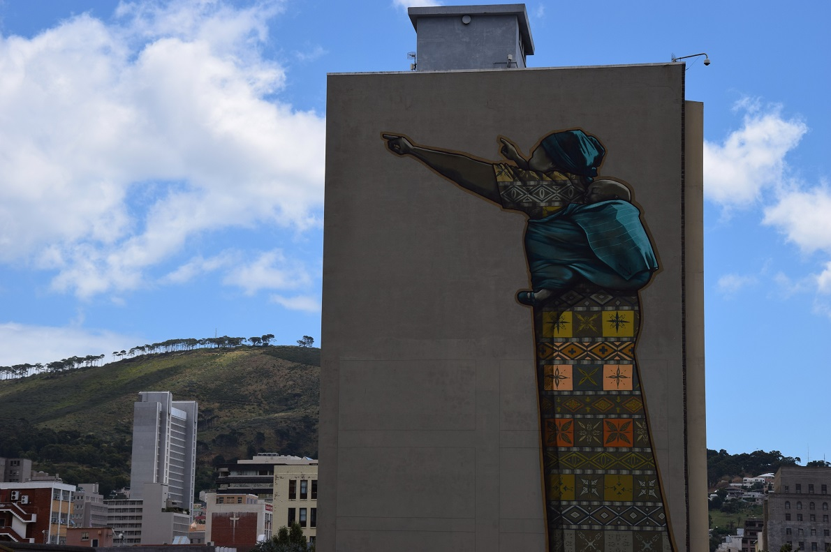 The Fringe, Cape Town, South Africa. Η πόλη των ανισοτήτων, αλλά και των πολιτισμικών αντιθέσεων, η πόλη με τα πολλά πρόσωπα. Η μοναδικότητά της μας γοήτευσε. Το Land and Liberty Graffiti είναι ένα από τα πολλά street art graffiti στην νοτιοαφρικάνικη πόλη που φροντίζουν να υπενθυμίσουν την αιματοβαμμένη ιστορία που έγραψε το καθεστώς του apartheid. Ο καλύτερος τρόπος να γνωρίσεις την πόλη, όπως και κάθε πόλη, είναι να την περπατήσεις. Μόνο έτσι μπορέσαμε να συνειδητοποιήσουμε την ιστορία, την ατμόσφαιρα και τον χαρακτήρα της κάθε συνοικίας.