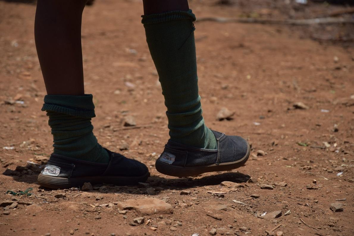 St. George Orthodox School, Kibera Slums, Nairobi, Kenya. Η πλειοψηφία των μαθητών στο σχολείο, όπως και στα περισσότερα ορφανοτροφεία και σχολεία από τα οποία περάσαμε, φορούσαν toms, γεγονός που μας εντυπωσίασε και αξίζει να αναφερθεί. Βέβαια, όσο απομακρυνόσουν από τις μεγάλες πόλεις , αντίκριζες όλο και συχνότερα το θέμα ανυπόδητων παιδιών. Γεγονός σοκαριστικό για εμάς, φυσιολογικό για εκείνους.