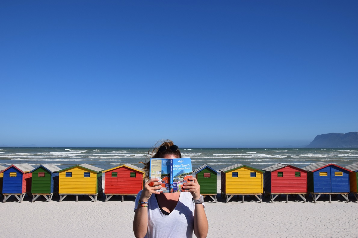 Muizenberg Beach, Western Cape, South Africa. Το πιο πολυφωτογραφημένο  σημείο του Cape Town και ένα από τα καλύτερα σημεία για surf στη Νότια Αφρική, με άλλη ματιά. Η βόλτα μας κατά μήκος των χωριών του Ακρωτηρίου της Καλής Ελπίδας, μας έδωσε την εντύπωση άλλης εποχής και άλλης ηπείρου. Τίποτα δεν έμοιαζε με την Αφρική που γνωρίσαμε.