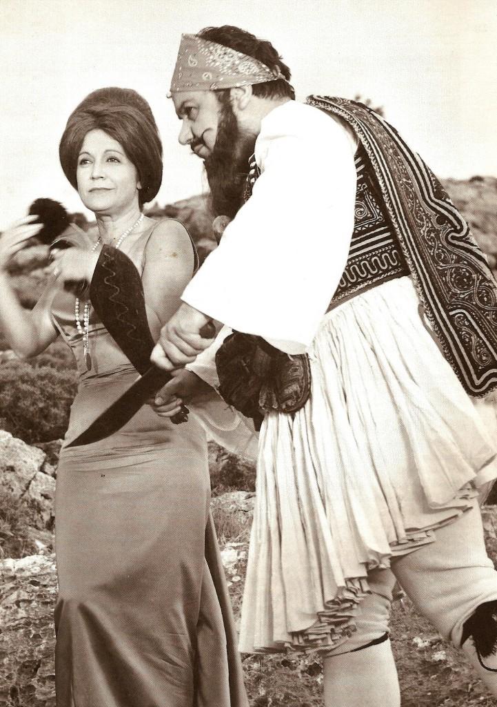 «Απ' όλες τις φωτογραφίες του Μάνου Χατζιδάκι που έχω δει, εμένα πιο πολύ με διασκεδάζει εκείνη που ο ίδιος είναι ντυμένος τσολιάς κι η Ρένα Βλαχοπούλου στέκεται δίπλα του. Πολύ θα 'θελα να ήμουνα και τότε παρών...»