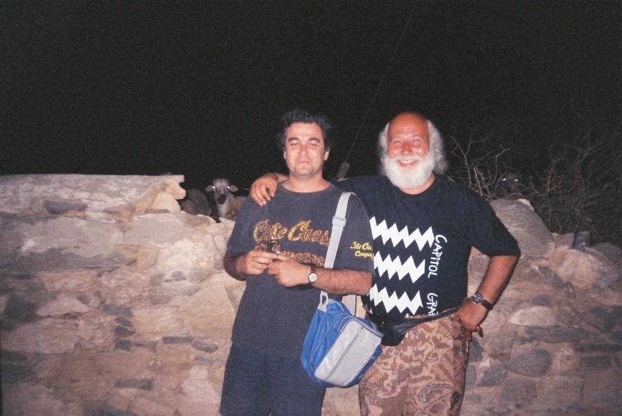 Ο Σωτήρης Κακίσης με το Νίκο Χουλιαρά στο δρόμο προς το Σιφνέικο. Φωτογραφία: Τζίμης Πανούσης.