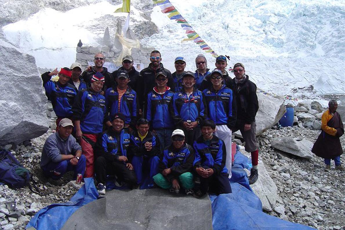 Οι Σέρπας προσφέρουν μεγάλη βοήθεια στη διάρκεια της ανάβασης. (Φωτογραφία: Παύλος Τσιαντός) Ο αληλλοσεβασμός μεταξύ ξένων ορειβατών και των Σέρπας είναι απαραίτητος για την θετική έκβαση του εγχειρήματος. (Φωτογραφία: Παύλος Τσιαντός)