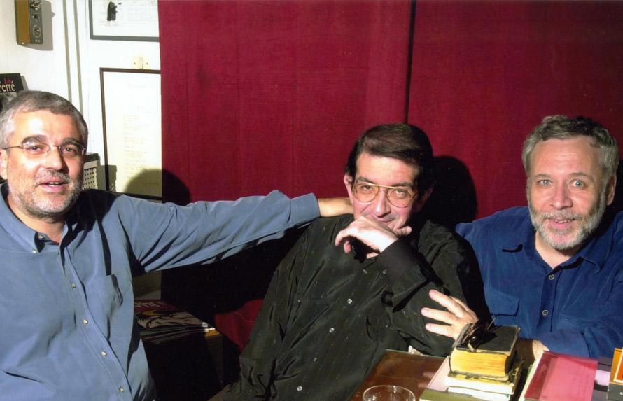 Ο Γιώργος Μαρκόπουλος με τον Γιάννη Βαρβέρη και τον Σωτήρη Κακίση στο σπίτι του Βαρβέρη. (Μάιος 2001, φωτογραφία του Νίκου Χαλκιόπουλου). «Πέρα από τα βιβλία και την πρόοδο που χαιρόμασταν και οι τρεις ο ένας του άλλου, είχαμε για τα πράγματα της ζωής διαρκή ανταλλαγή απόψεων...»