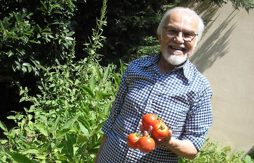 Ο Κώστας Πασχάλης στον κήπο του (ανέκδοτη φωτογραφία του Σωτήρη Κακίση)