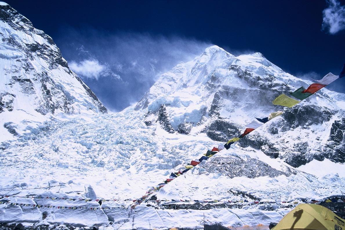Το IceFall όπως φαίνεται από την Κατασκήνωση Βάσης. Ένα από τα πιο επικίνδυνα σημεία του βουνού. Φέτος ο θάνατος 16 Σέρπας είχε ως αποτέλεσμα την αναστολή των αναβάσεων. (Φωτογραφία: Παύλος Τσιαντός)
