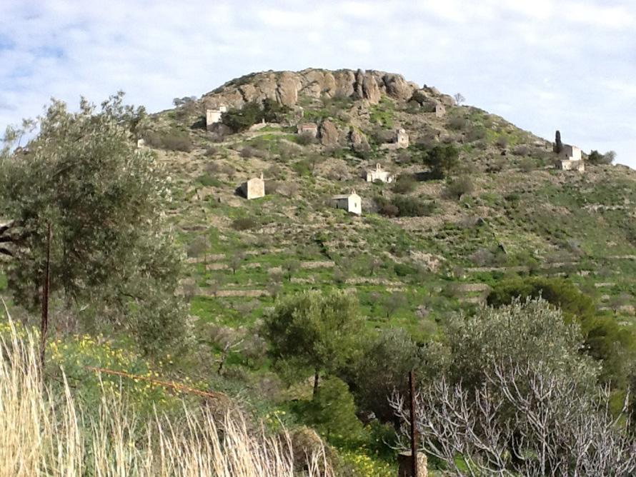 «O λόφος της Κολόνας είναι μια εκπληκτική κάτοψη του χρόνου, από τη νεολιθική εποχή ως την κλασική αρχαιότητα και πιο πέρα», γράφει ο Δημοσθένης Κούρτοβικ. Συμπληρώνοντας πως στην παραλία μπροστά στην Κολόνα «έμαθα κολύμπι και μετά το μπάνιο έτρεχα ν' απολαύσω τις ευωδιαστές τηγανητές πατάτες του Μουσούρη, ταβέρνας που δεν υπάρχει πια, όπως δεν υπάρχουν πια τέτοιες πατάτες...»