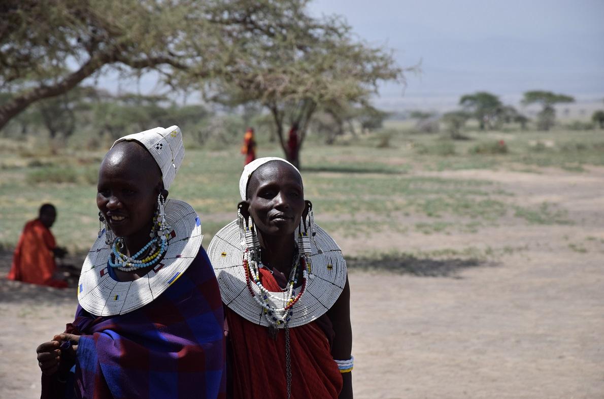 Maasai Village, Ngorongoro Conservation Area, Tanzania. Η νομαδική φυλή των Maasai διαθέτει πολλές μικρές κοινότητες στην προστατευόμενη περιοχή του Ngorongoro διότι εκεί υπάρχει αρκετό νερό όλο το χρόνο για να μπορούν να συντηρούν τα ζώα τους. Επισκεπτόμενοι ένα από τα χωριά μάθαμε αρκετές πληροφορίες για την ζωή και την καθημερινότητα των ιθαγενών. Παρατηρήσαμε ότι η γυναίκα διαδραματίζει πολύ σημαντικό ρόλο, δεδομένης της ιδιαίτερα υποβαθμισμένης θέση της μέσα στην κοινότητα. Είναι υπεύθυνη κυριολεκτικά για τα πάντα, εκτός από την θανάτωση λιονταριών, που είναι ανδρική υπόθεση.