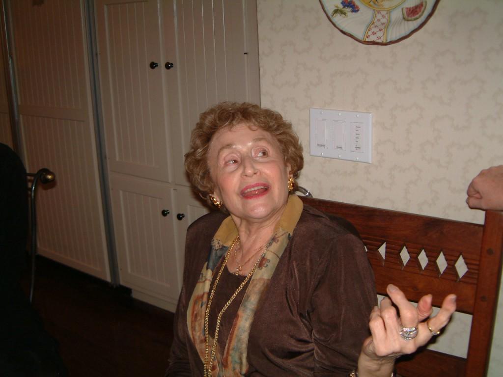 Η άλλη Ελένη, η θεία της Ελένης στη Βοστώνη, η πρώτη –μαζί με τη μητέρα μου– θαυμάστριά της, που και σήμερα, στα 90 της πια, εξακολουθεί να παρακολουθεί την πορεία της με συγκίνηση.