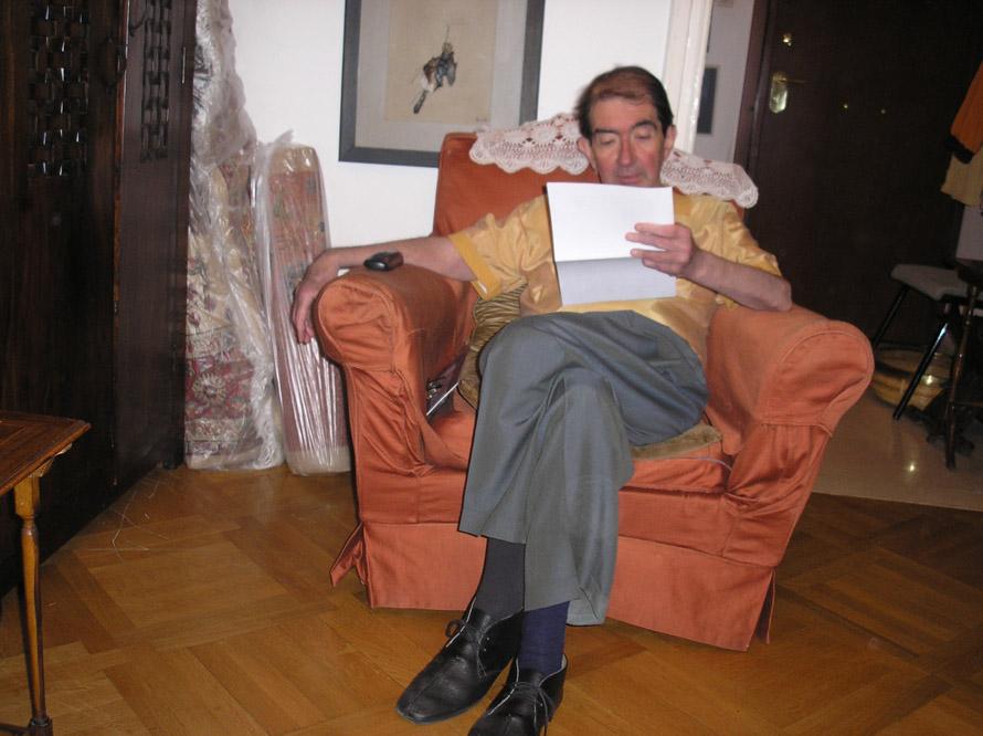 «Δεν αργήσαμε να γίνουμε φίλοι με τον Γιώργο Μαρκόπουλο, ξεχωρίζοντας ο ένας τον άλλον, όπως έγινε και με τον κοινό μας πολυαγαπημένο, τον Γιάννη Βαρβέρη, που δεν ζει πια», γράφει ο Κακίσης. (Εδώ ο Γιάννης Βαρβέρης στη Σόλωνος –ανέκδοτη φωτογραφία του Σωτήρη Κακίση).