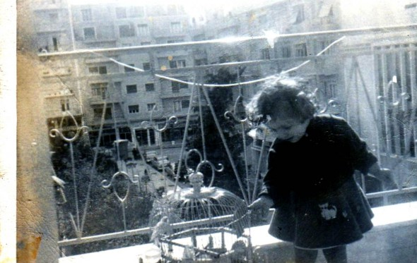 Ένα κορίτσι στην Πλατεία Αμερικής το 1963