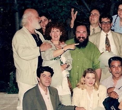 Με τους φίλους μας το 1997. Κάτω, από αριστερά: Μίμης Χρυσομάλλης, Ελένη Κρίτα, Γιώργος Τσεμπερόπουλος. Πρώτη σειρά πάνω, από αριστερά: Νίκος Χουλιαράς, Αλίκη Καγιαλόγλου, Τζίμης Πανούσης, Αντώνης Καφετζόπουλος. Πίσω σειρά πάνω, από αριστερά: Χαρούλα Λέντζου, Κώστας και Ζωή Ριζοπούλου.
