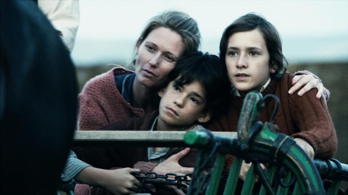 Τρεις ηθοποιοί (Réka Gavaldi, Norbert Gogan και Dániel Hegedűs) στους ρόλους μελών της οικογένειας Βέξλερ που διέμεινε για ενάμιση χρόνο στο απόλυτο σκοτάδι υπό την γη.