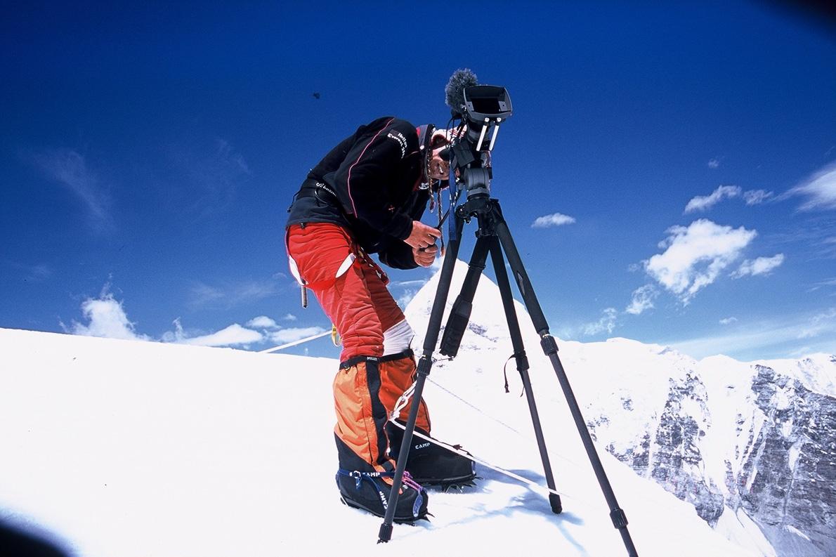 Ο Παύλος Τσιαντός στην κόψη Nuptse με στραμμένο το φακό της κάμερας στην κορυφή. (Φωτογραφία: Παύλος Τσιαντός)