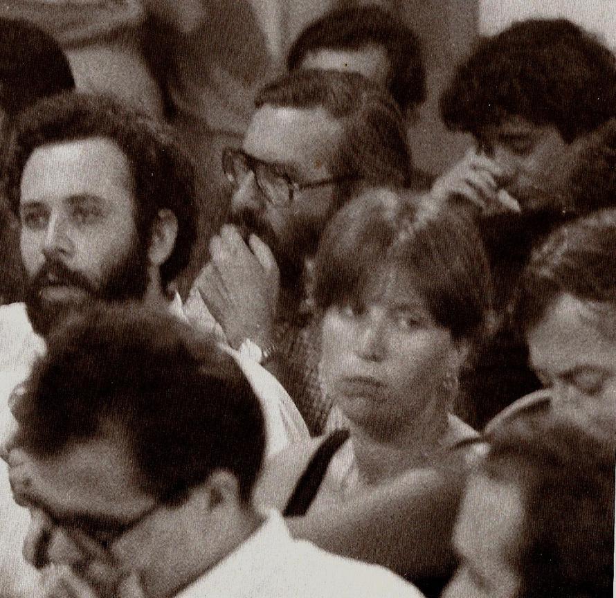 Ανώγεια, 1979, παρακολουθώντας μια από τις εκδηλώσεις για τη γλώσσα, στο ίδιο κάδρο, ο Γιώργος Χρονάς (μπροστά αριστερά), ο Γιώργος Μαρκόπουλος (δεύτερη σειρά αριστερά) και ο Σωτήρης Κακίσης (τελευταία σειρά δεξιά)