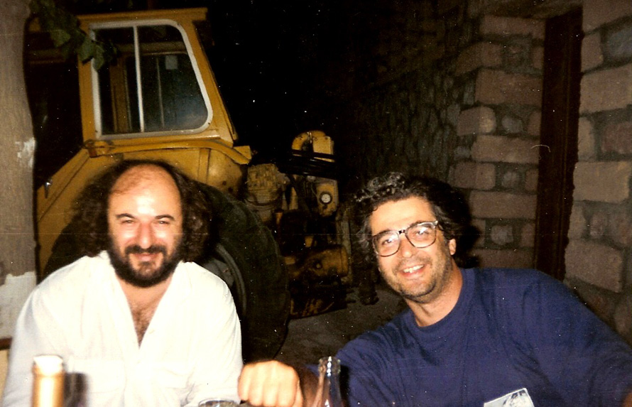 Ο Βάσος Πτωχόπουλλος (αριστερά) με τον Σωτήρη Κακίση κάποτε στην ταβέρνα της Ντάνκαν. (Φωτογραφία Κύριλλος Σαρρής).