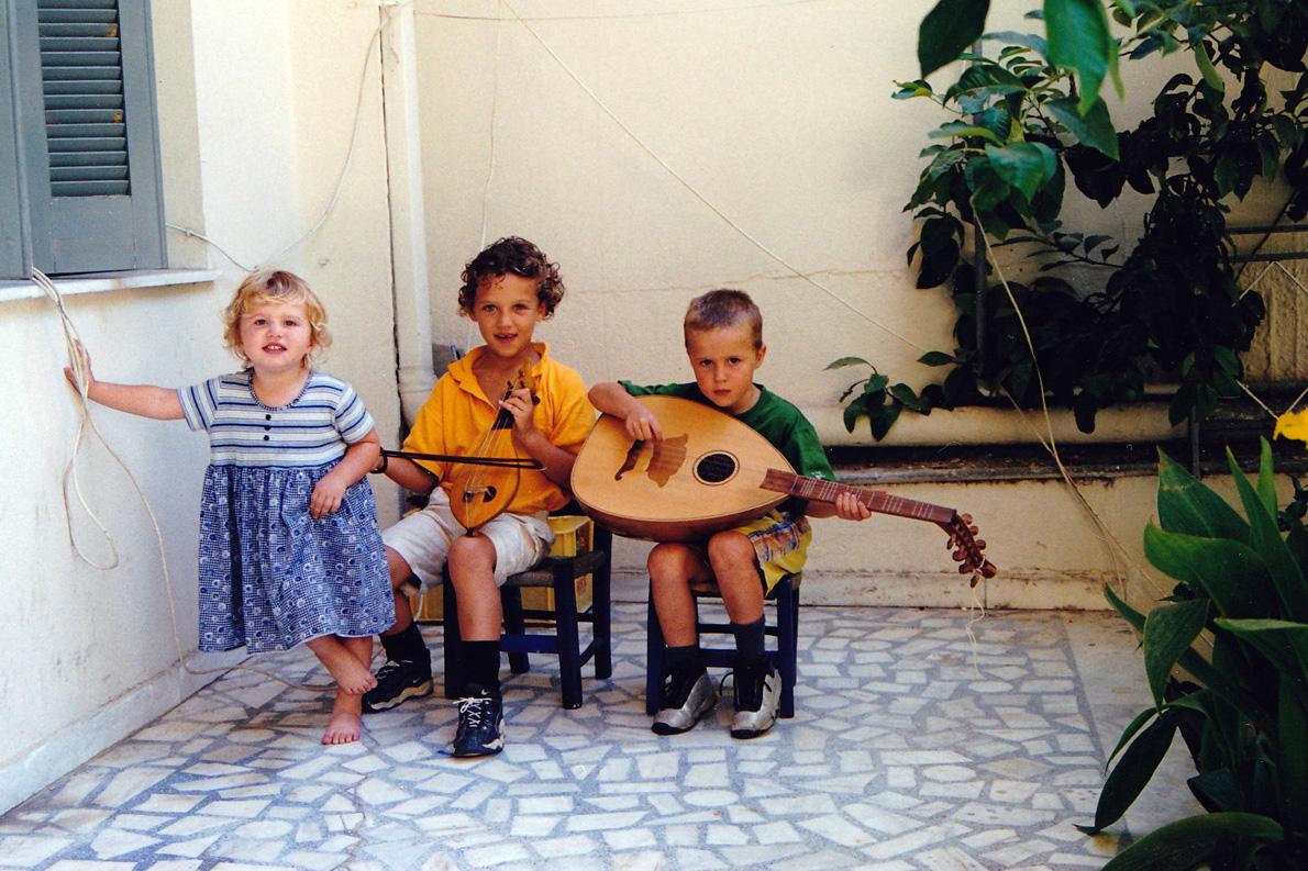 Τα τρία παιδιά του Ψαρογιώργη, Απολλωνία, Νίκος και Αντώνης, σε παλαιότερη φωτογραφία στην Κρήτη.