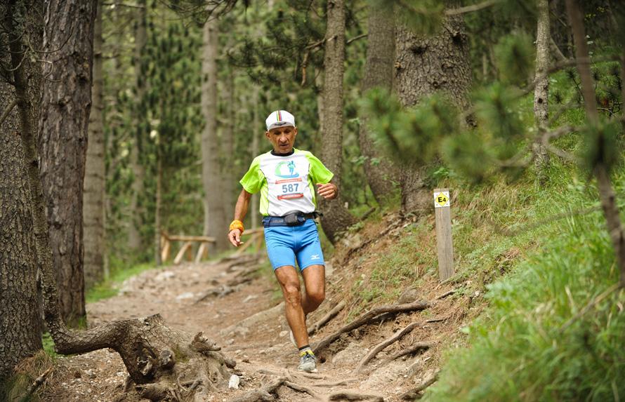 Kατηφορίζοντας το Ε4,προς τα Πριόνια, στον Olympus Marathon 2013. (Φωτογραφία GoExperience)