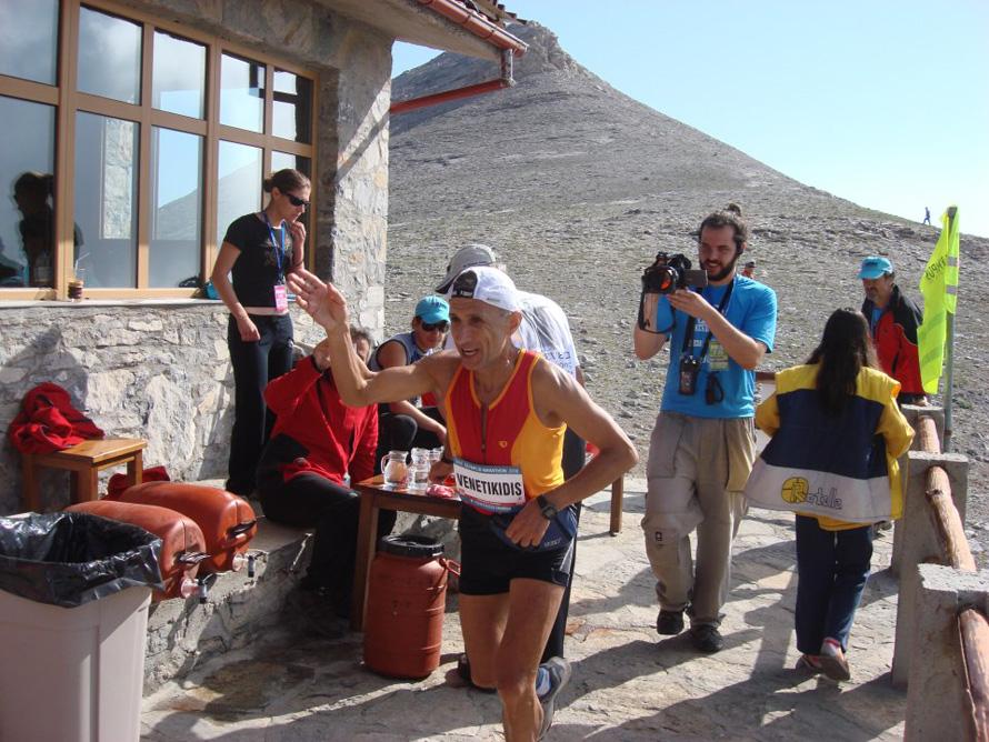 Olympus Marathon 2008, περνώντας από το καταφύγιο Γιώσος Αποστολίδης.