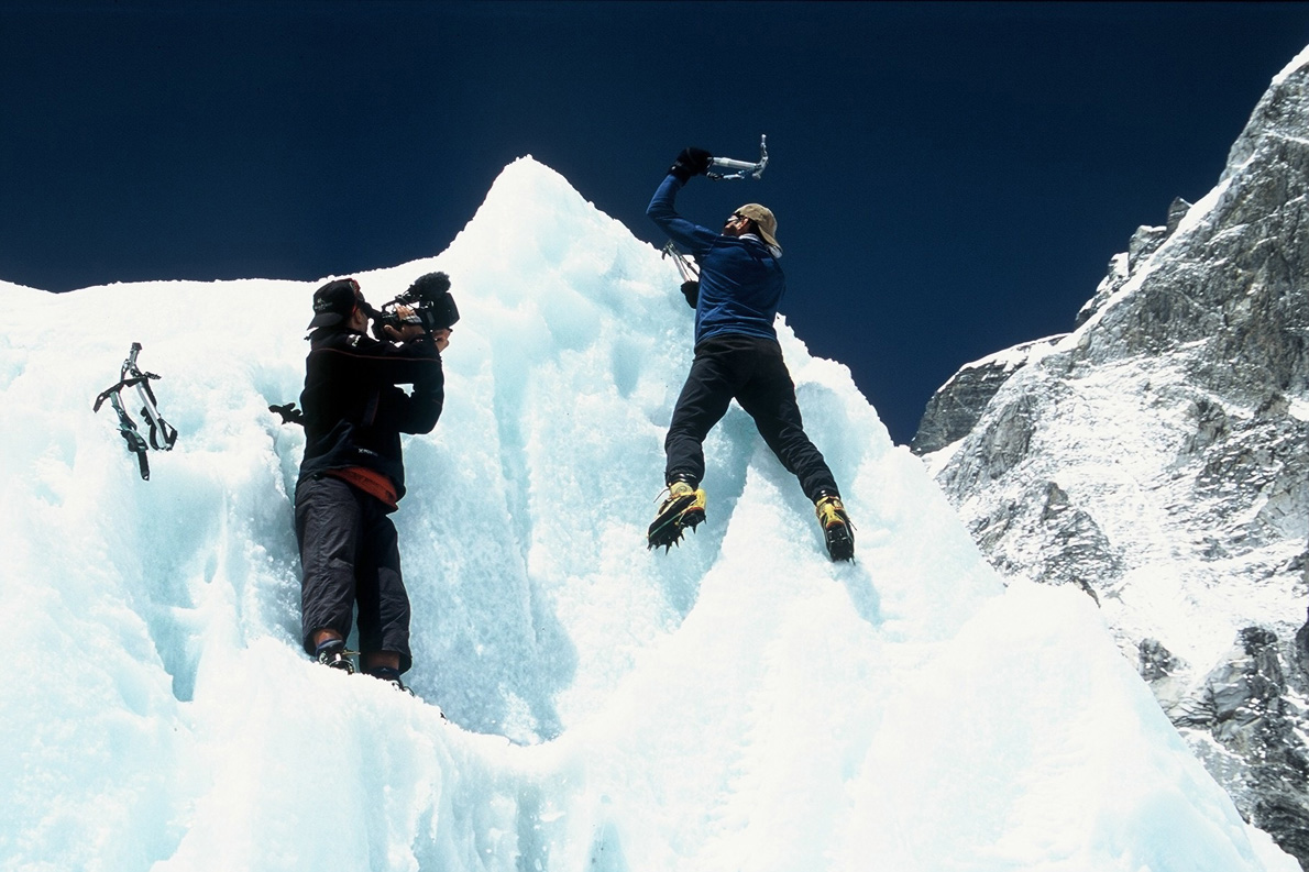 Ο Γιώργος Βουτυρόπουλος σκαρφαλώνει στους κάθετους πάγους του Icefall για προπόνηση, αλλά και για τις ανάγκες των γυρισμάτων. (Φωτογραφία: Παύλος Τσιαντός)
