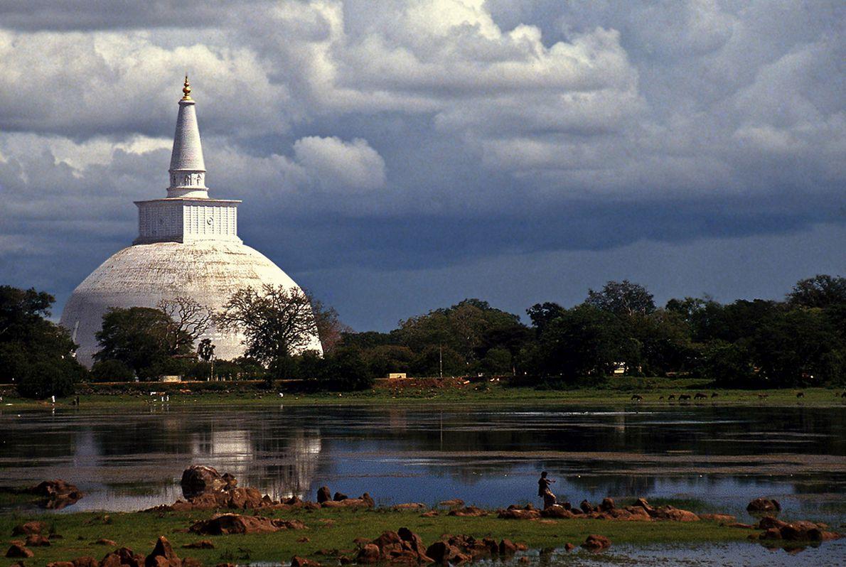 Τα νερά της λίμνης αντανακλούν την μεγάλη στούπα στην Ανουρανταπούρα, την ιστορική πρωτεύουσα της Σρι Λάνκα.