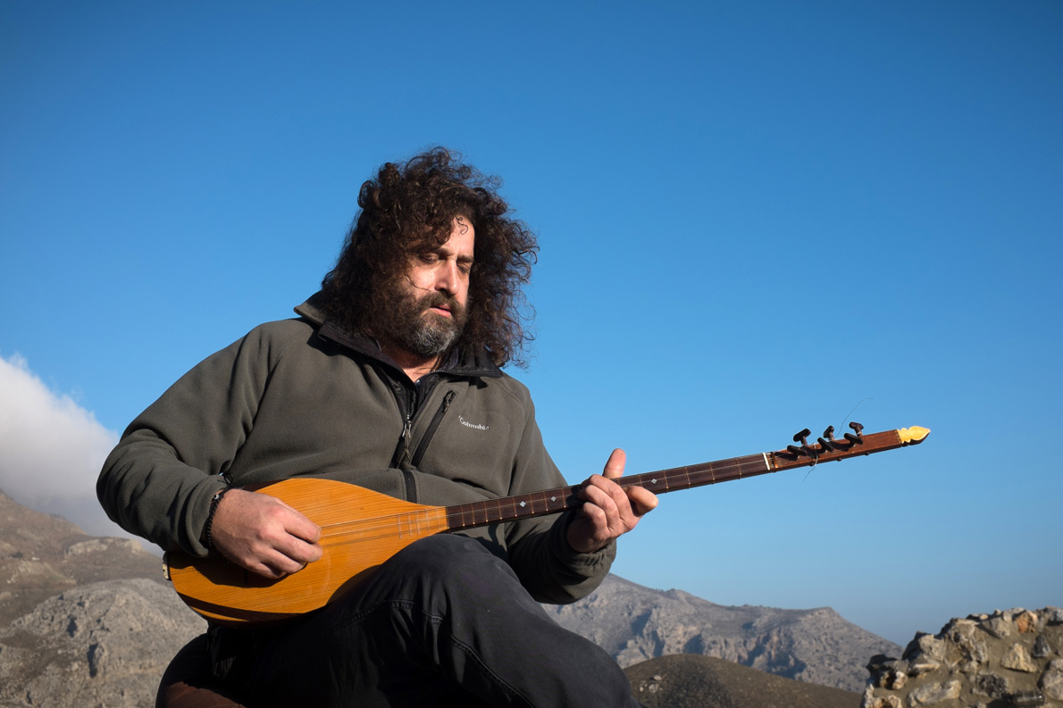 Ο αδελφός του Ψαρογιώργη, Λάμπης Ξυλούρης, συνθέτης και δεξιοτέχνης στα παραδοσικά έγχορδα. Φωτογραφία: Γιάννης Φάις