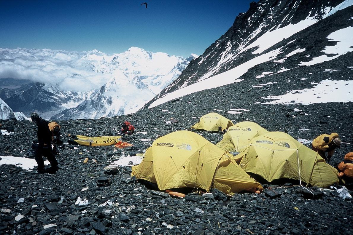 Το Νότιο Διάσελο στα 7.900μ.: η πιο ψηλή κατασκήνωση του κόσμου. Οι θυελλώδεις άνεμοι καθαρίζουν το χιόνι. (Φωτογραφία: Παύλος Τσιαντός)