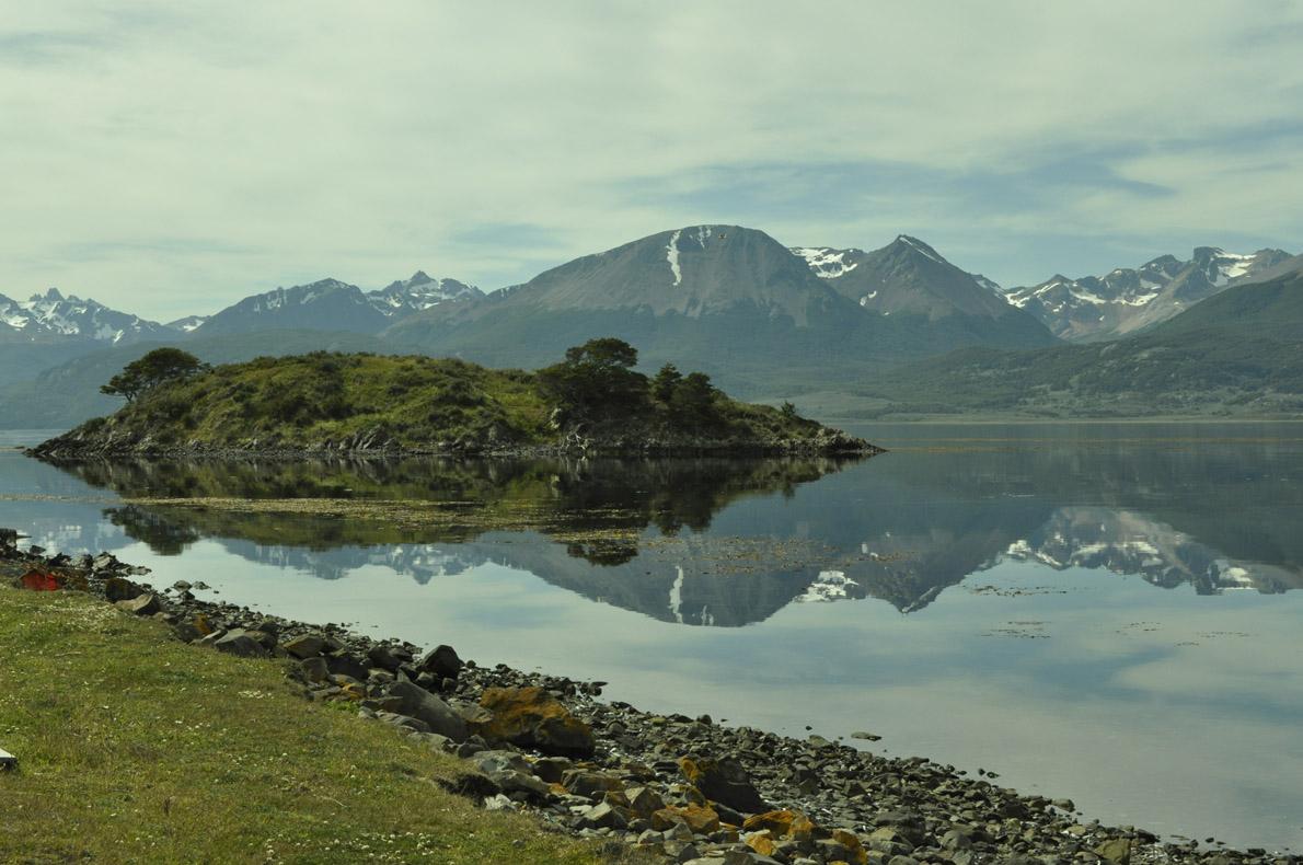 Στο Isla Navarino τα βουνά της Γης του Πυρρός καθρεφτίζονται στο κανάλι Beagle.