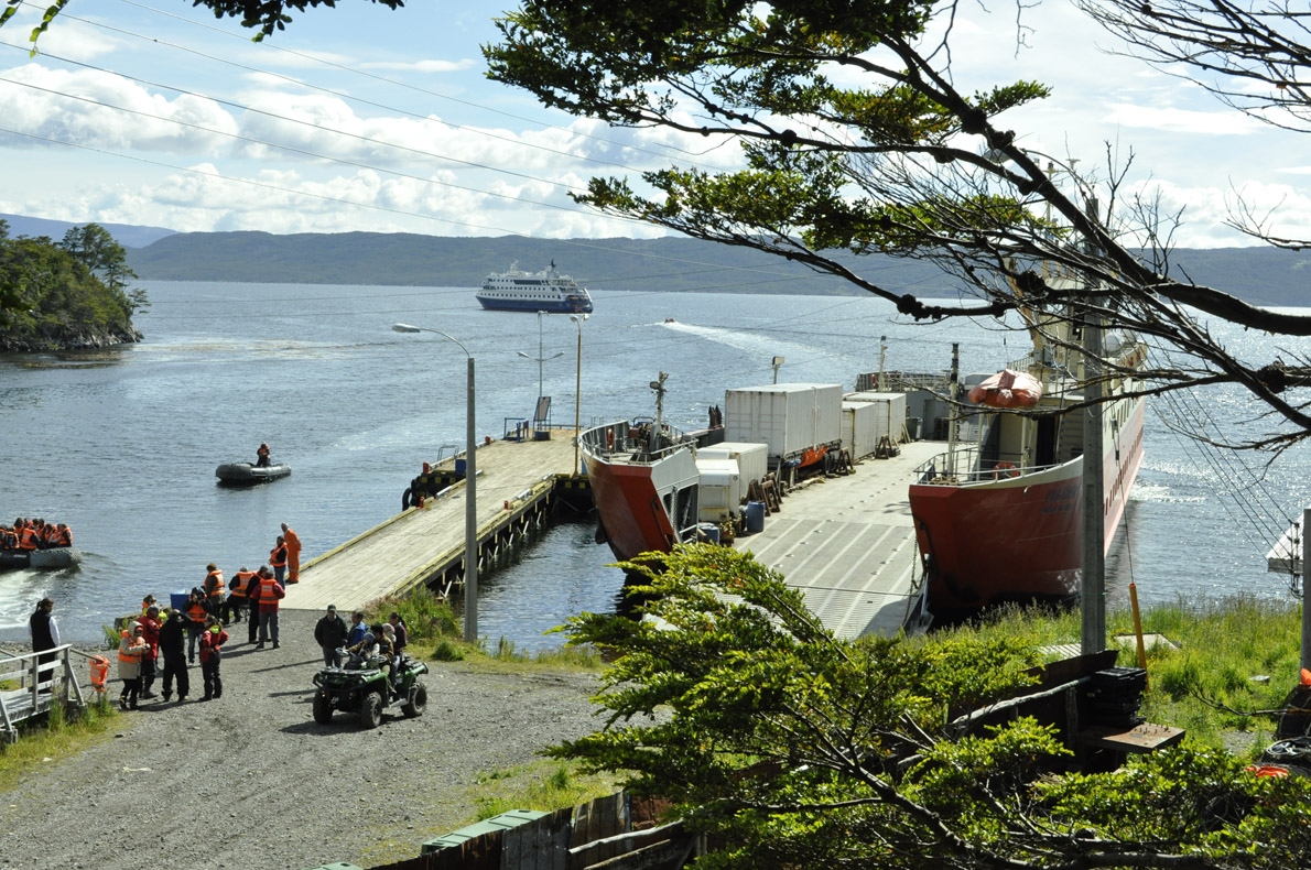 Το μικρό λιμανάκι στο Puerto Toro.