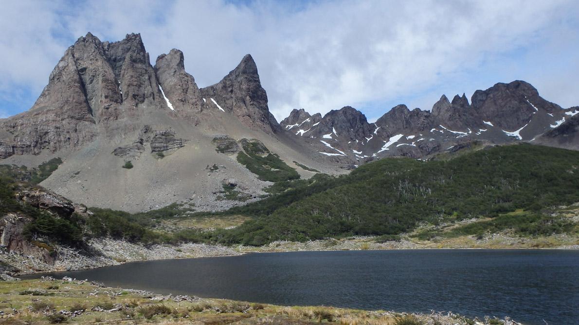Ο ορεινός όγκος Lindenmayer με τα «σπιρούνια» του από τις όχθες της λίμνης Martillo.