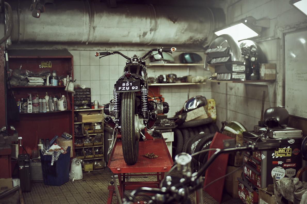 Ένα πράγμα παραμένει το ίδιο σε κάθε μοτοσυκλέτα «Blitz» κι αυτό είναι το ρεζερβουάρ. Όσο παλιό και χτυπημένο κι αν είναι, το ρεζερβουάρ είναι η κληρονομιά, η ιστορία και η ψυχή που περνάει από την παλιά στη νέα μοτοσικλέτα.
