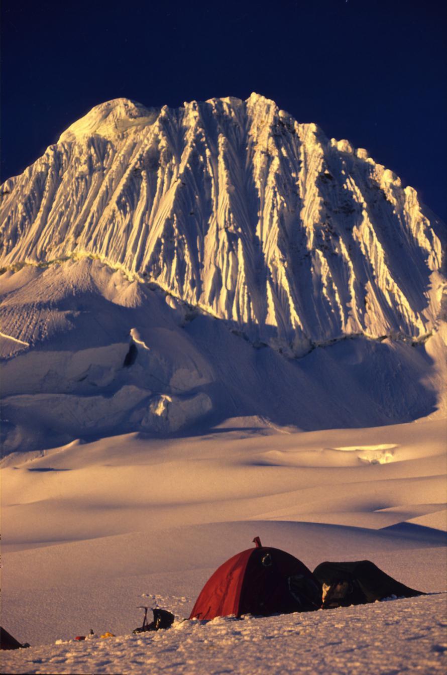 «Η κορυφή Alpamayo στις Άνδεις, όπου σκαρφαλώσαμε το 1988».