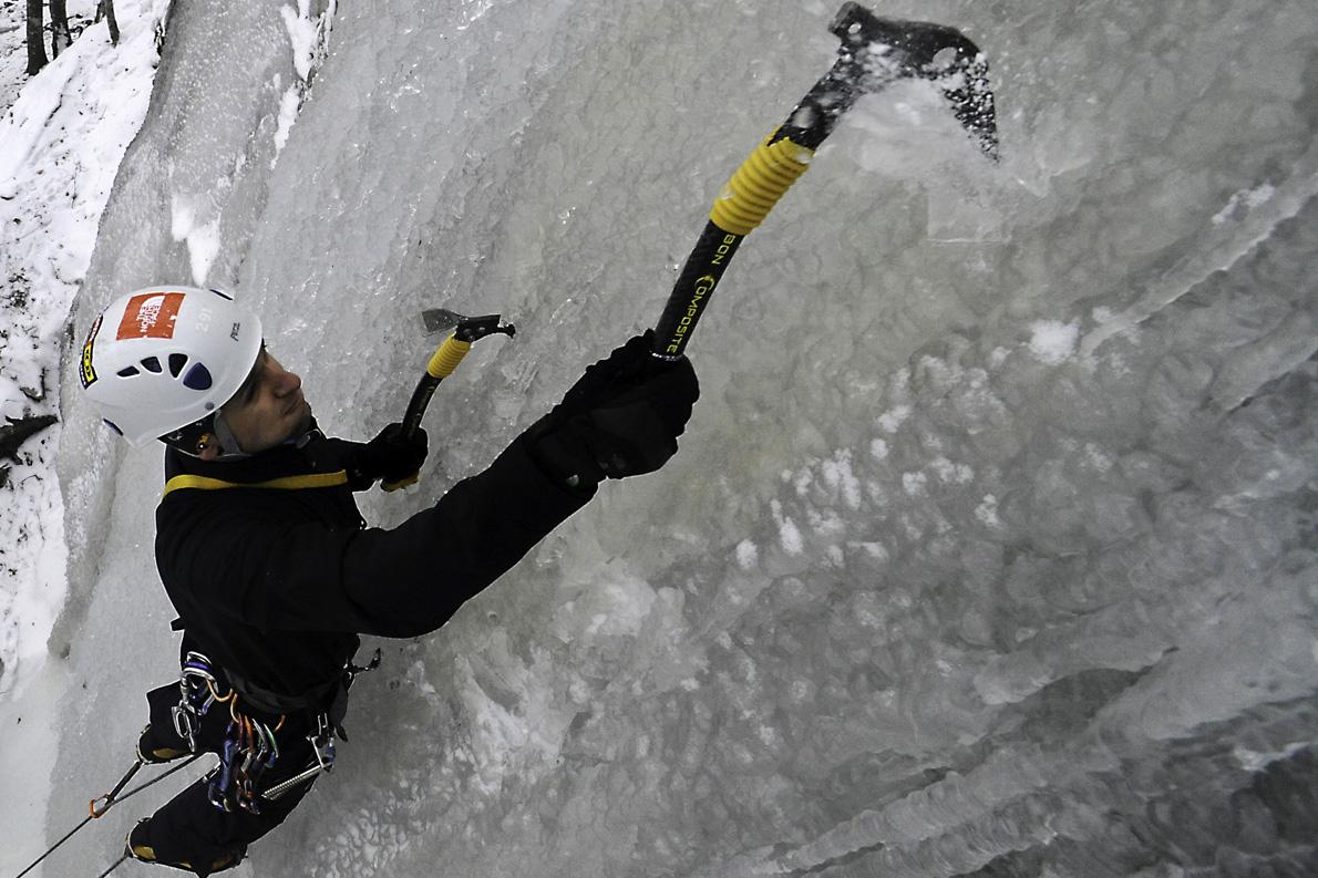 Ο Χρόνης Σιούλας στο τεχνητό πεδίο παγοαναρρίχησης στον Άι Λια Σερρών.
