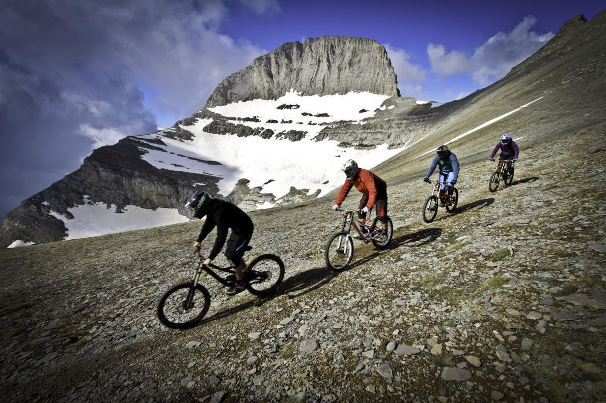 Η ομάδα της Action Bike λίγο πριν την τελική κατάβαση τους με ποδήλατα Downhill από τον Όλυμπο.