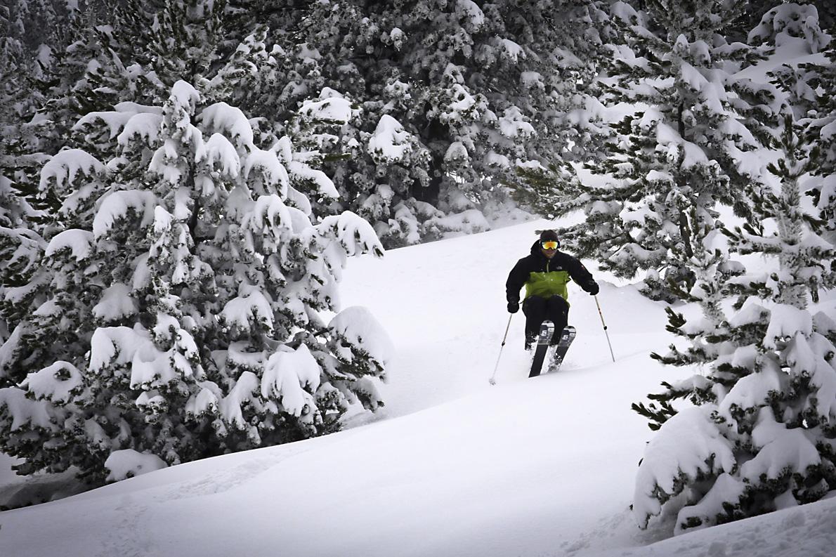 Ο Μιχάλης Στύλλας σε παιχνίδια με το φρέσκο χιόνι.