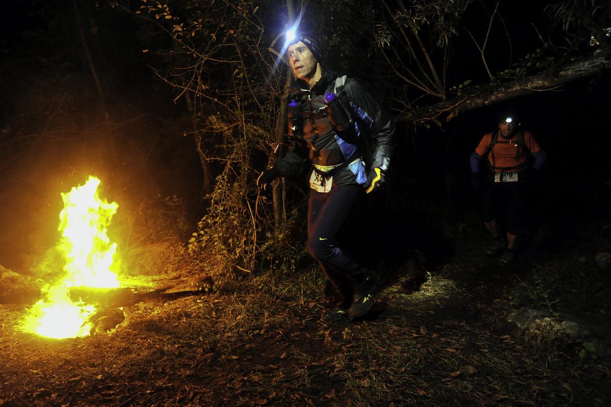 Στα μονοπάτια της Ροδόπης παρέα με τη φωτιά. Στον αγώνα VFUT οι αθλητές διανύουν αρκετά χιλιόμετρα τη νύχτα ώστε να ολοκληρώσουν την διαδρομή των 160 χλμ.