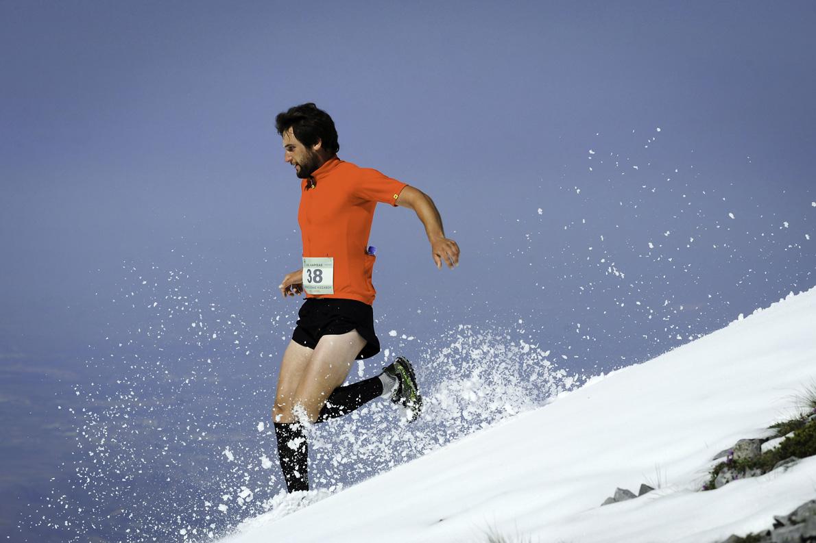 Ο Γιώργος Ράιος σε μια εντυπωσιακή κατάβαση από την κορυφή του Κισσάβου.