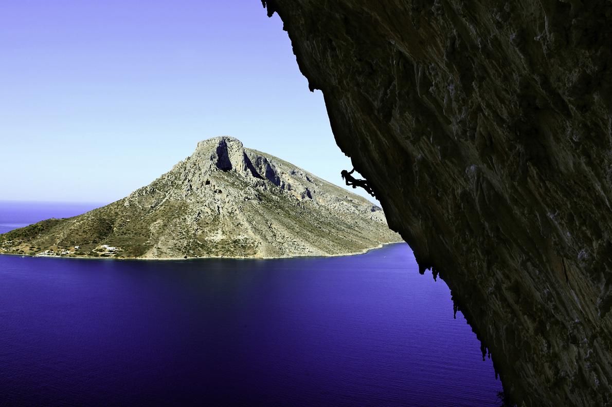 Σκαρφαλώνοντας στη Μεγάλη Σπηλιά, στην Κάλυμνο.