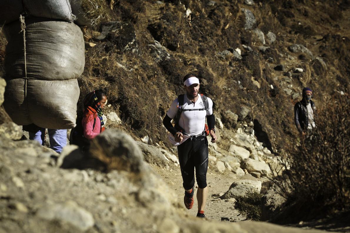 Ο Νίκος Καλοφύρης λίγα χιλιόμετρα πριν τον τερματισμό του SoluKumbu Trail στο Νεπάλ.