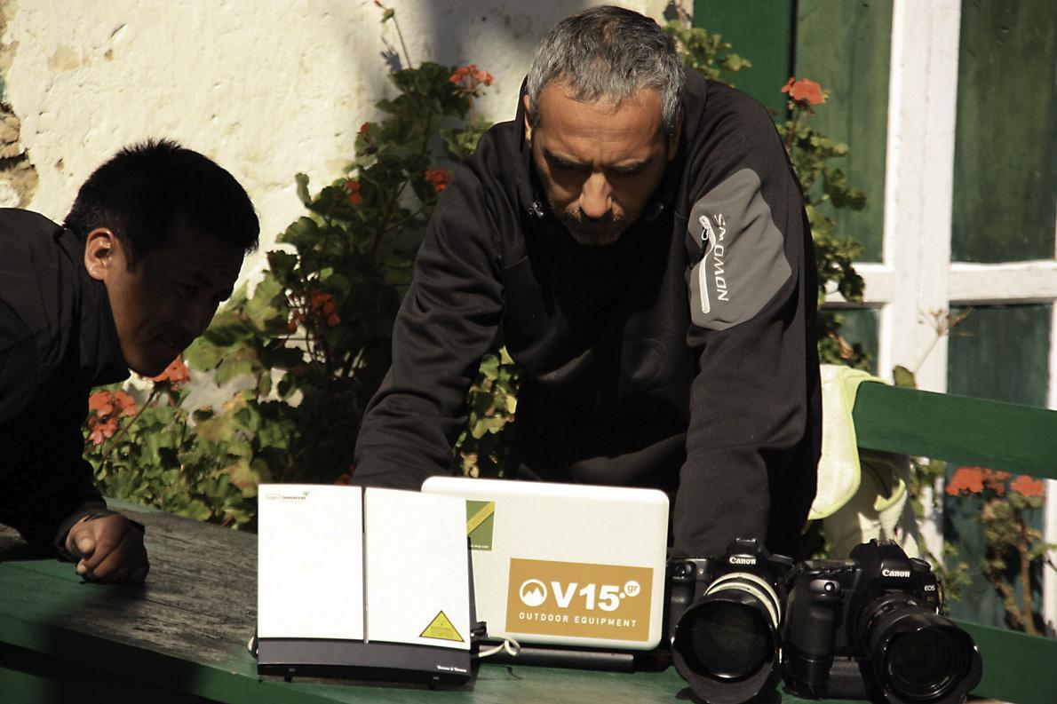 Στέλνοντας φωτογραφίες και κείμενο στην Ελλάδα μετά το τέλος μιας ακόμα μέρας από τον αγώνα της Ναταλίας Παπουνίδου στο Νεπάλ.